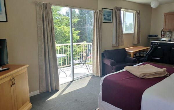 Single Queen Bed Kitchenette/Private Balcony